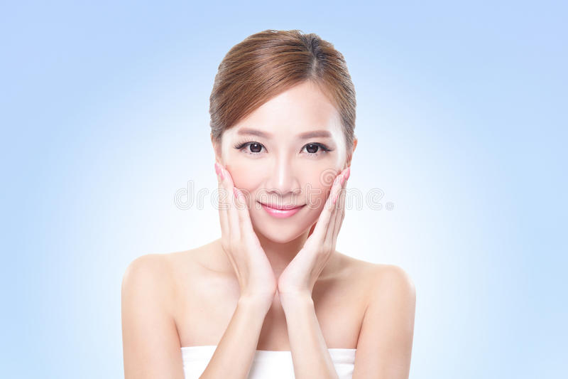 Cara joven de la mujer del cuidado de piel foto de archivo