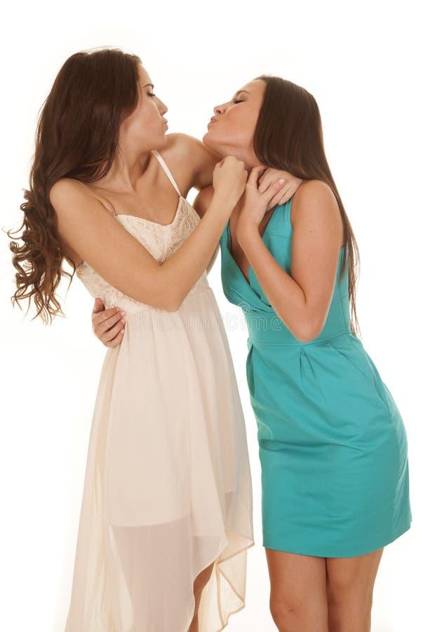Cara kissy de dois vestidos das mulheres foto de stock royalty free