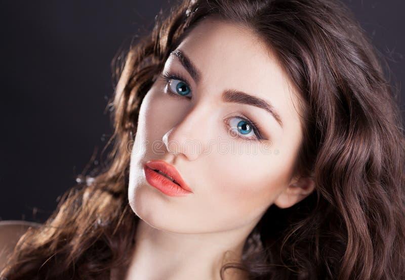 Cara, lentes de contacto azules, fondo negro, serio imagen de archivo