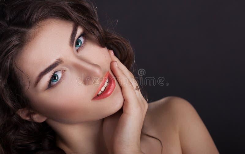 Cara, lentes de contato azuis, fundo preto, divertimento fotos de stock royalty free
