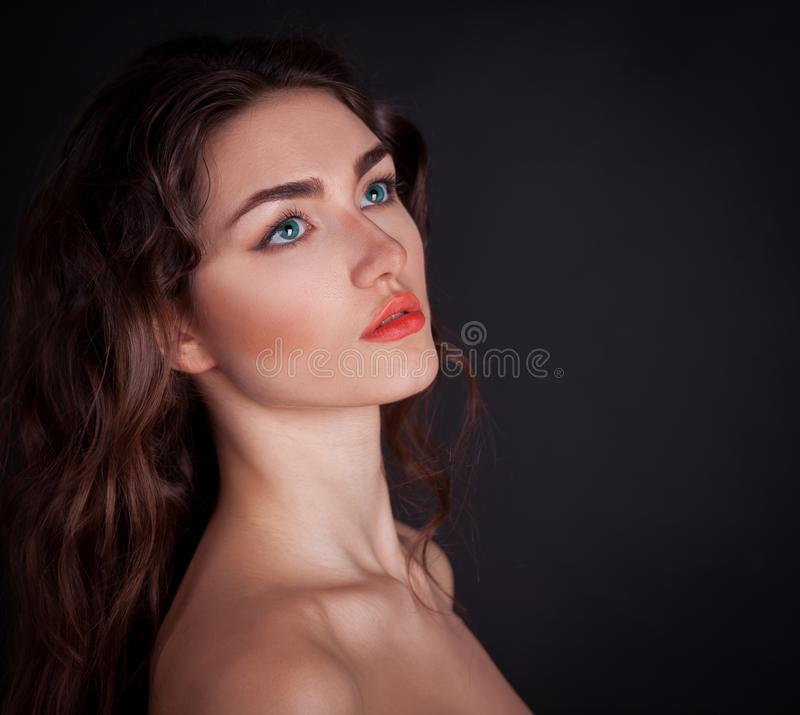 Cara, lentes de contato azuis, fundo preto, sério foto de stock royalty free