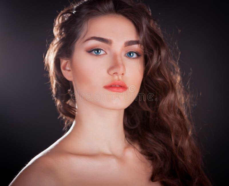 Cara, lentes de contato azuis, fundo preto, sério fotografia de stock royalty free