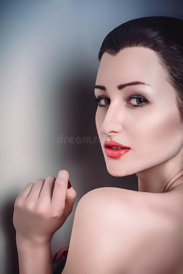 Cara limpa da pele da menina bonita moreno 'sexy' do retrato do encanto imagens de stock