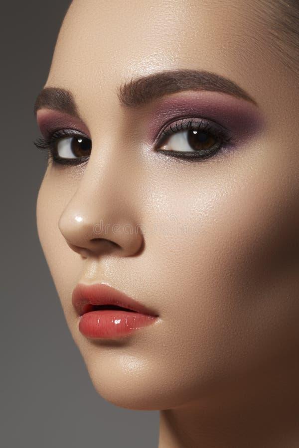 Cara linda con maquillaje limpio brillante de la piel y de la manera fotografía de archivo libre de regalías