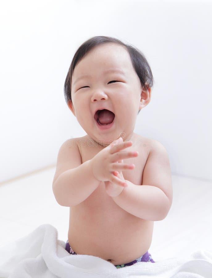 Cara linda emocionada de la sonrisa del bebé fotografía de archivo