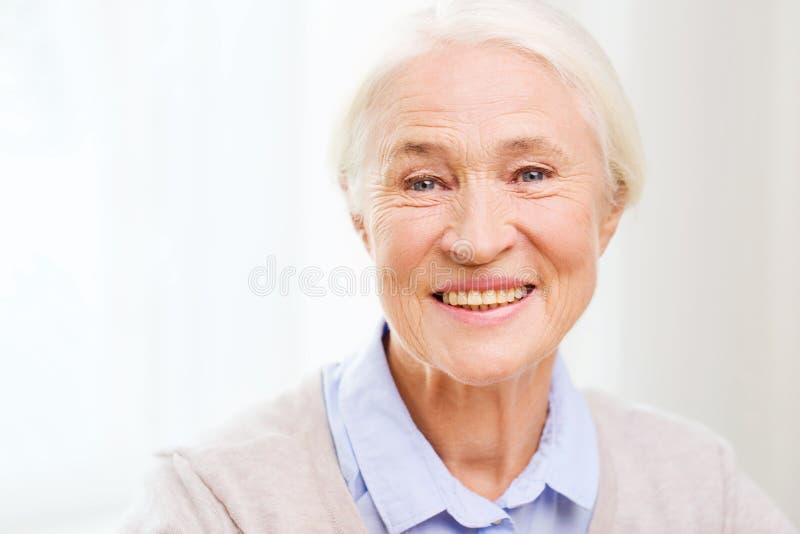 Cara mayor feliz de la mujer en casa fotografía de archivo libre de regalías