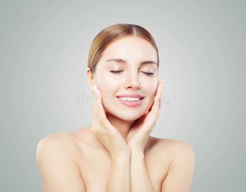 Cara modelo bonita Mulher saudável que relaxa e que sorri no fundo branco, conceito dos cuidados com a pele imagens de stock royalty free