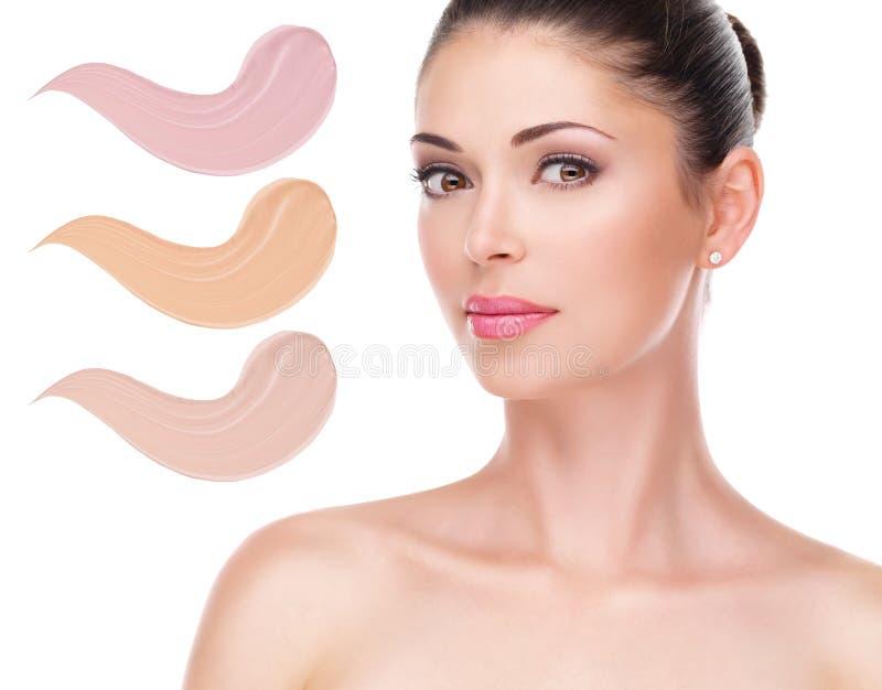Cara modelo de la mujer hermosa con la fundación en piel fotografía de archivo