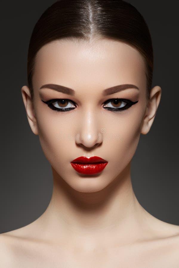 Cara modelo de lujo con maquillaje del eyeliner de la manera imagenes de archivo