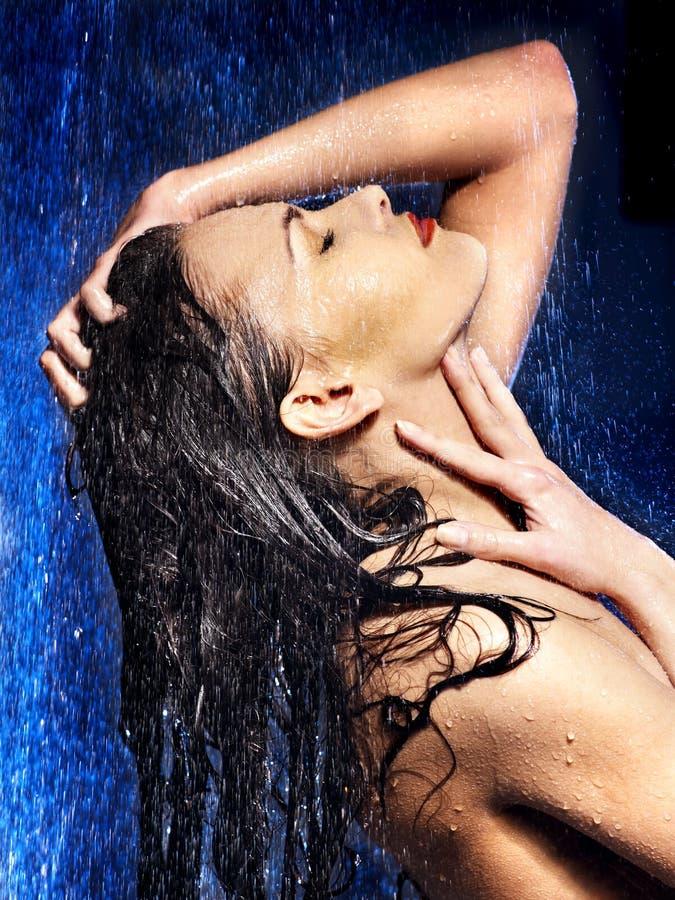 Cara molhada da mulher com gota da água. foto de stock