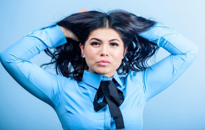 Cara moreno bonita da composição da menina da mulher Penteado encaracolado Pontas do cabeleireiro Cuidado profissional cabelo tin foto de stock