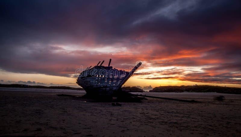 Cara Na Mara Shipwreck på den Bunbeg stranden royaltyfri fotografi