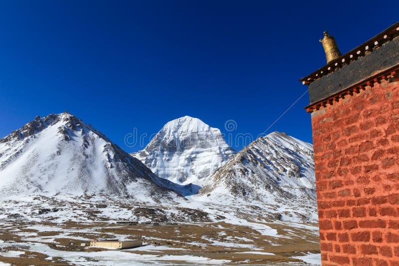 Cara norte hermosa de la montaña sagrada de Kailash con el edificio de ladrillo rojo viejo en primero plano fotos de archivo libres de regalías