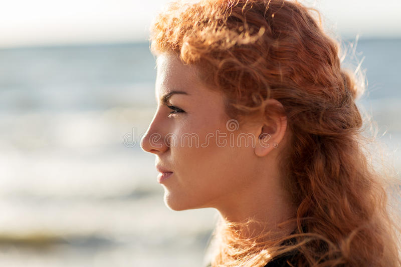 Cara nova feliz da mulher do ruivo na praia fotografia de stock royalty free