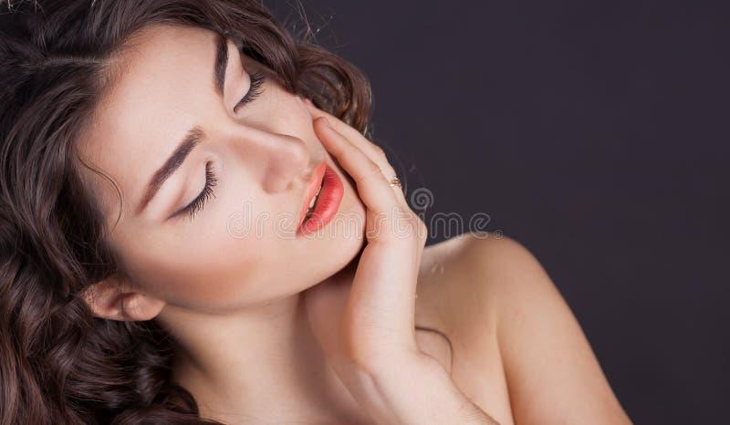 Cara, olhos fechados, fundo preto, sério fotografia de stock royalty free