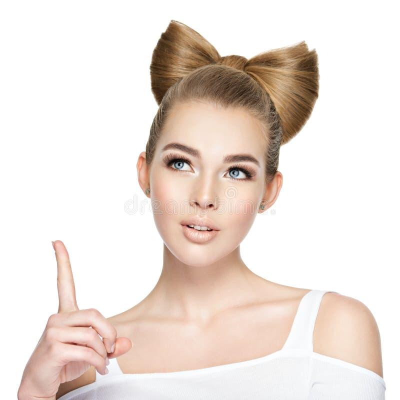 Cara pensativa de uma moça com dedo indicador acima imagem de stock