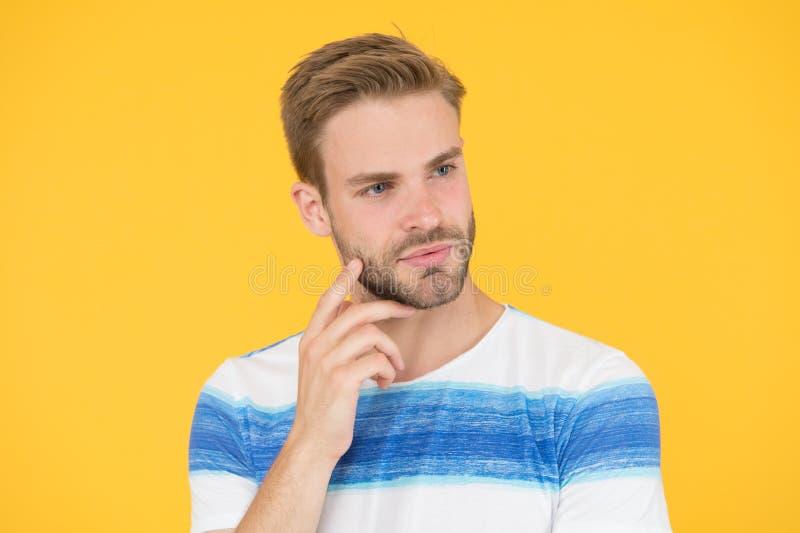 Cara pensativa Solu??o do achado Homem pensativo no fundo amarelo Cara farpada do moderno n?o certo em algo duro imagens de stock