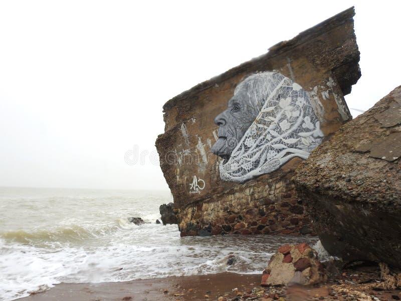 Cara pintada en ruinas del fuerte, Letonia de la mujer mayor fotos de archivo