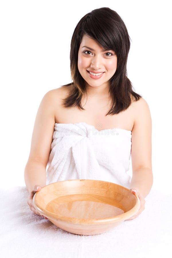 Cara que se lava de la muchacha asiática hermosa imagen de archivo libre de regalías