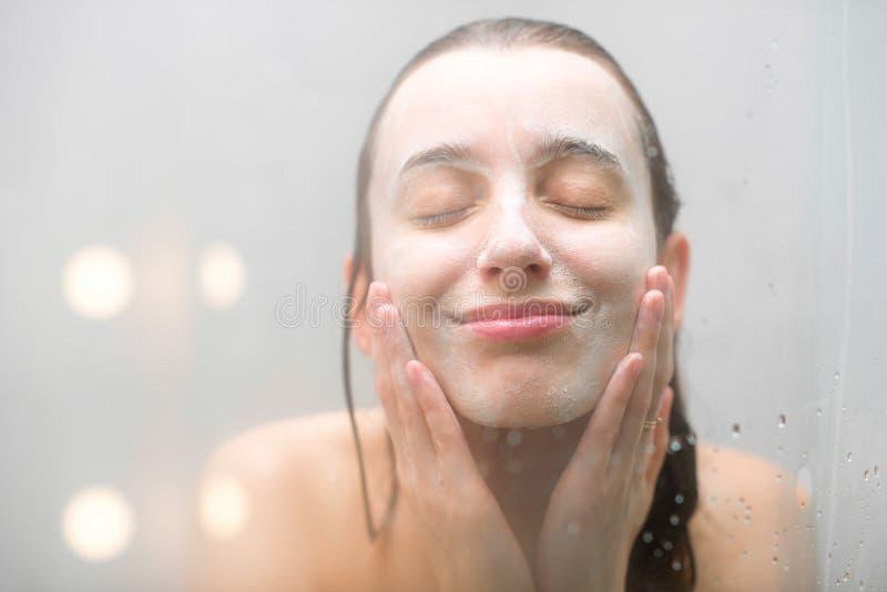 Cara que se lava de la mujer foto de archivo