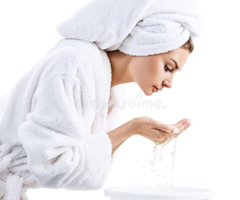 Cara que se lava de la mujer joven con el agua potable fotografía de archivo libre de regalías