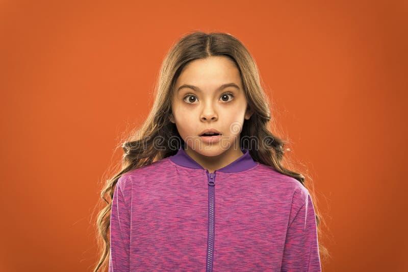 Cara que se pregunta confundida ni?o lindo de la muchacha El preguntarse largo del pelo del ni?o Concepto confuso de los hechos H fotografía de archivo