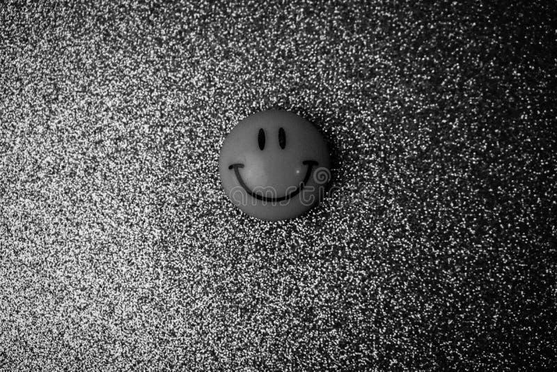 Cara redonda de sorriso de sorriso alegre plástica do brinquedo do círculo de Emoji em um b imagem de stock royalty free