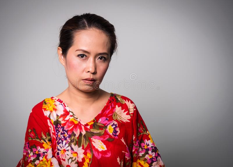 Cara reta asiática de mulher adulta no fundo branco fotografia de stock royalty free