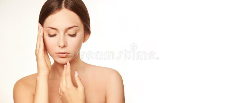 Cara saudável da mulher Conceito da mão da moça Cosméticos da loção imagem de stock