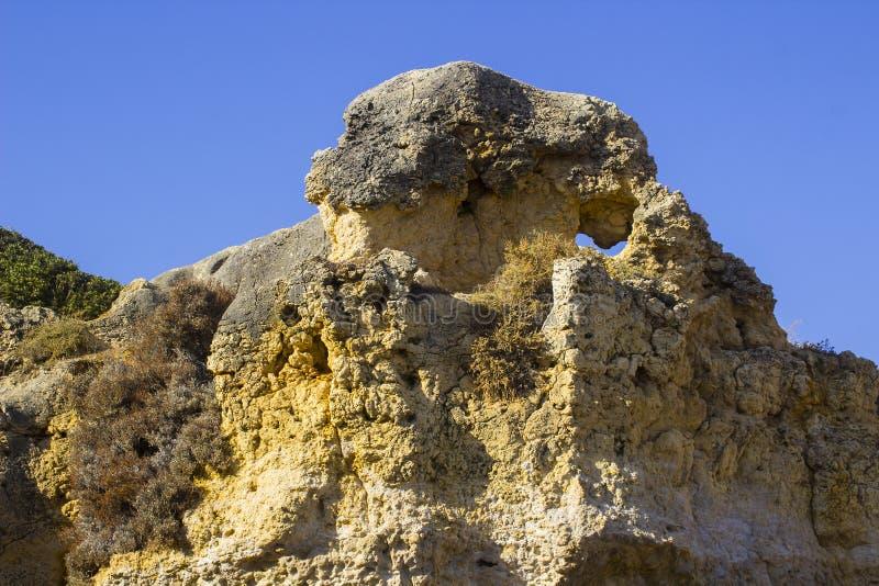Cara sedimentar exposta típica do penhasco da pedra da areia na praia da Dinamarca Oura do Praia em Albuferia imagem de stock