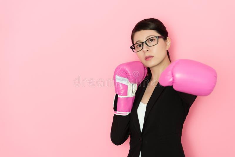 Cara seriamente femenina del oficinista a la cámara foto de archivo libre de regalías