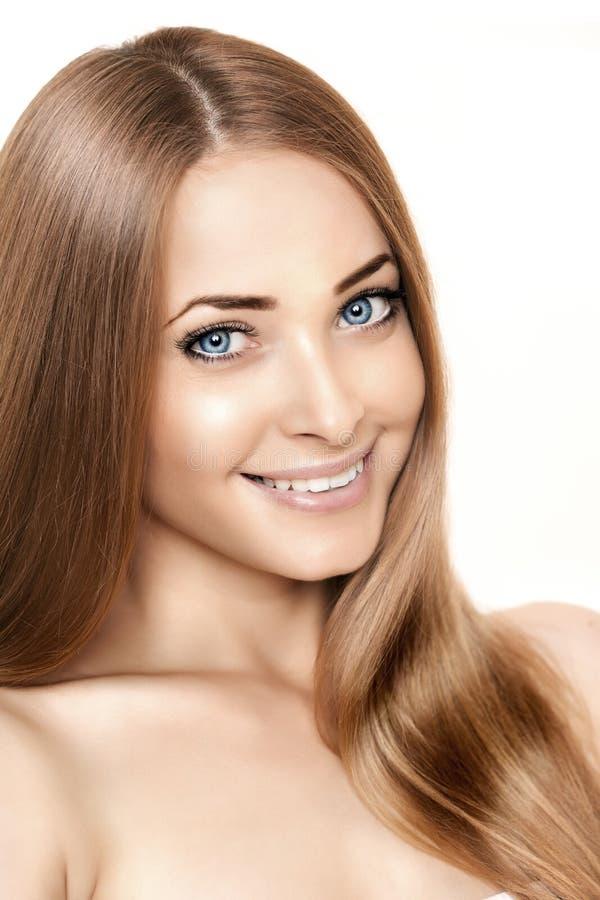 Cara sonriente de la belleza de la mujer en el fondo blanco Por ascendente cercano de la muchacha imagen de archivo