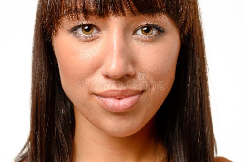 Cara sonriente de una mujer morena atractiva imagen de archivo libre de regalías