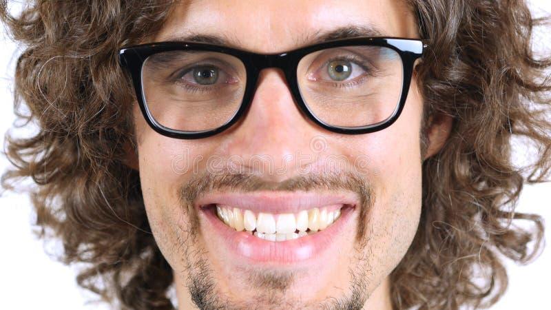 Cara sonriente del hombre, cierre para arriba, pelos rizados imagen de archivo libre de regalías