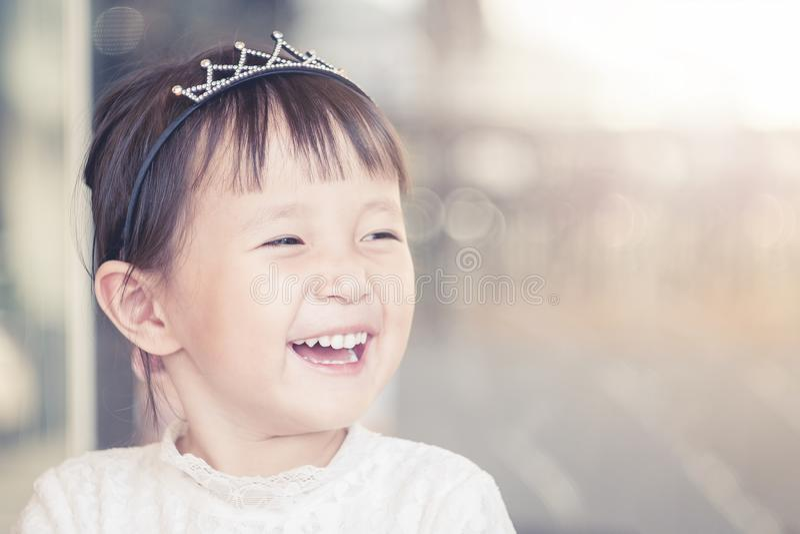 Cara sonriente divertida de la niña, retrato de la muchacha femenina preciosa adorable del niño asiático alegre foto de archivo libre de regalías