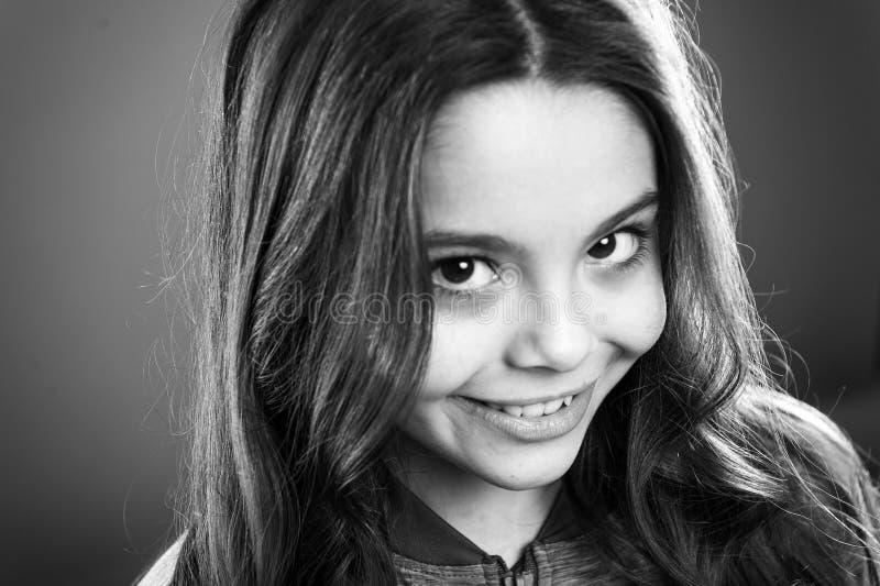 Cara sonriente feliz del niño lindo de la muchacha Sonrisa feliz del pelo largo del niño Concepto feliz de la niñez Qué ciencia t imagen de archivo