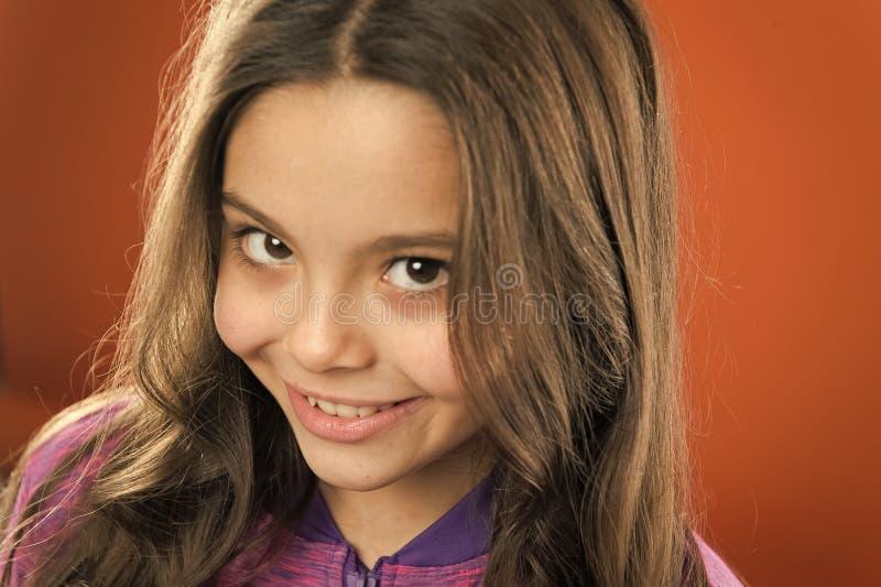 Cara sonriente feliz del ni?o lindo de la muchacha Sonrisa feliz del pelo largo del ni?o Concepto feliz de la ni?ez Qu? ciencia t imagenes de archivo