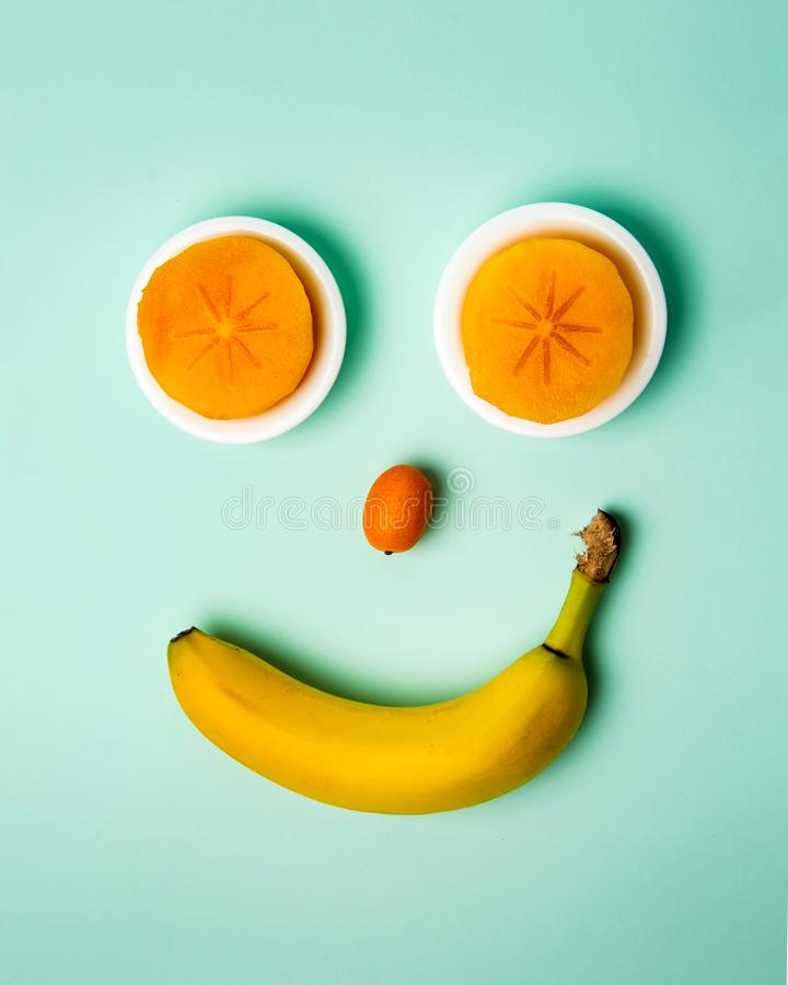Cara sonriente hecha de frutas sanas, visión superior foto de archivo