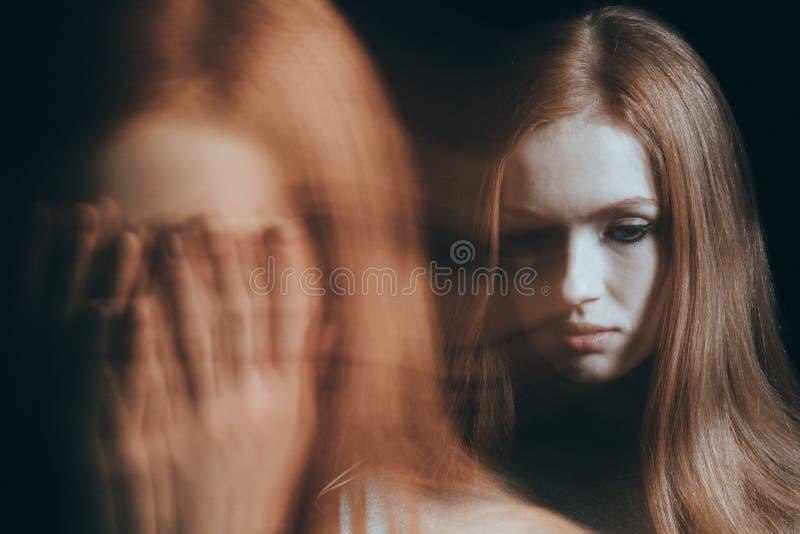 Cara subrayada de la cubierta de la mujer imagen de archivo libre de regalías