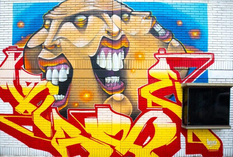 Cara sujeta mural de la ciudad de Bogotá con varias caras imágenes de archivo libres de regalías