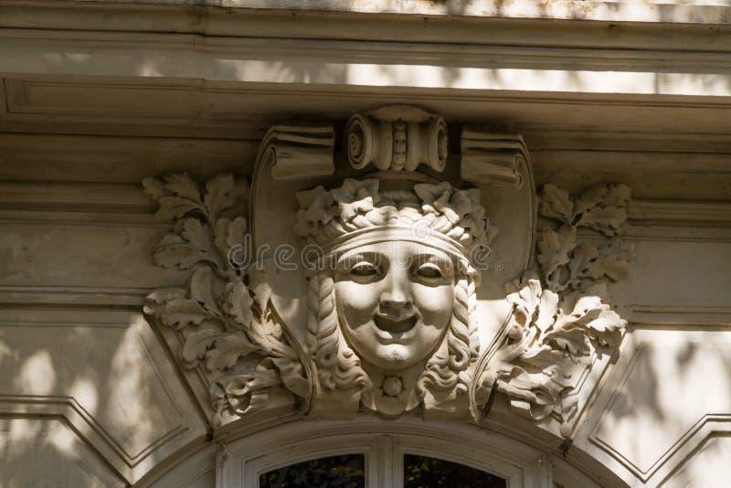 Cara tallada adornada en la parte superior del arco imagen de archivo libre de regalías