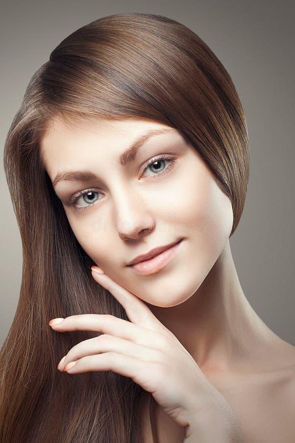 Cara tocante da jovem mulher bonita do encanto do retrato da beleza imagem de stock