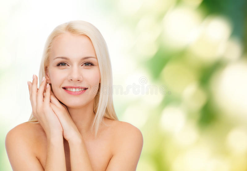 Cara y manos de la mujer feliz foto de archivo