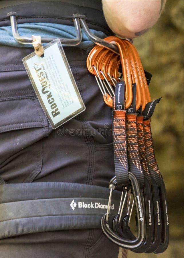 Carabeaners che pende da una cinghia degli scalatori fotografia stock