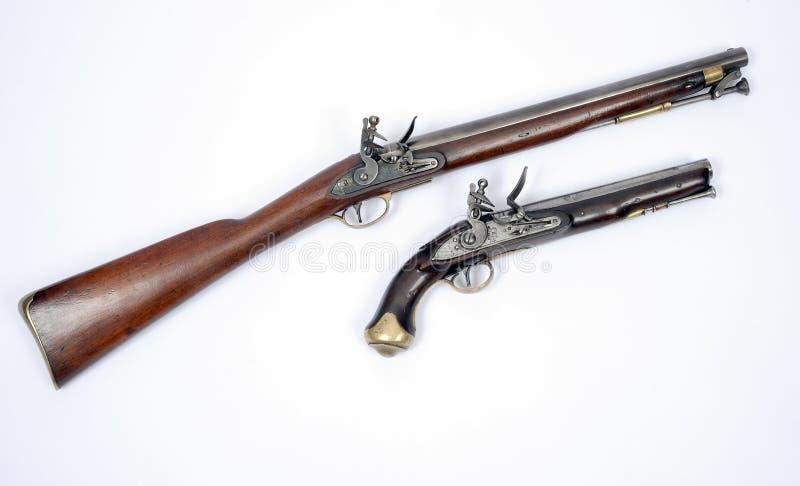 Carabina e pistola del XIX secolo della cavalleria del flintlock fotografia stock libera da diritti