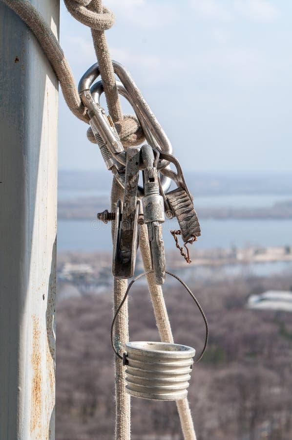Carabinas y otros dispositivos de la herencia para el alpinismo industrial fotos de archivo libres de regalías