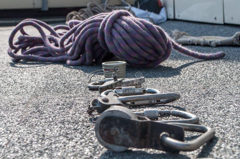 Carabinas y otros dispositivos de la herencia para el alpinismo industrial fotos de archivo