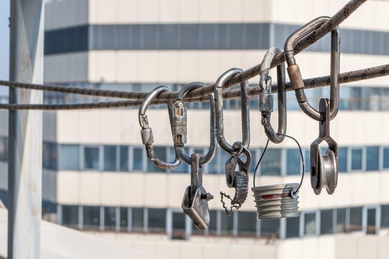 Carabinas y otros dispositivos de la herencia para el alpinismo industrial imagen de archivo