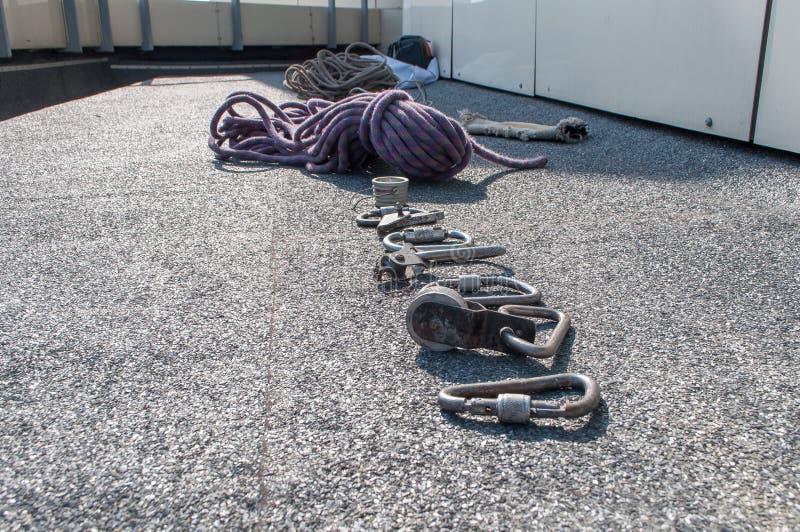Carabinas y otros dispositivos de la herencia para el alpinismo industrial imagenes de archivo