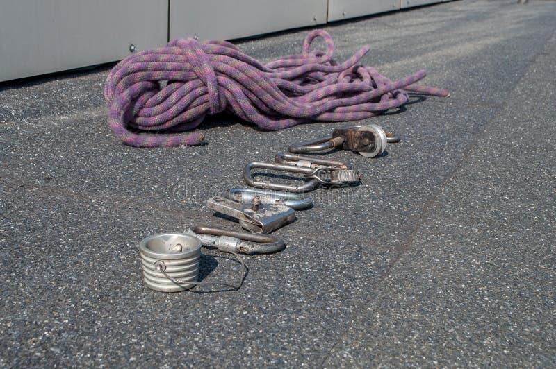 Carabinas y otros dispositivos de la herencia para el alpinismo industrial fotografía de archivo